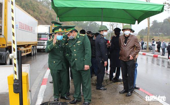 Những xe nông sản đầu tiên được giải cứu ở cửa khẩu Hữu Nghị - Ảnh 2.