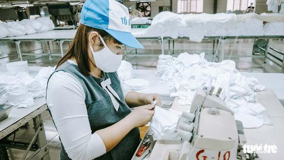 Vào nhà máy làm khẩu trang phòng virus corona, công nhân tăng ca gấp rưỡi - Ảnh 8.