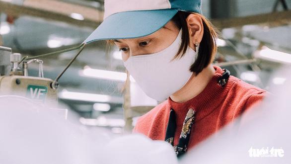 Vào nhà máy làm khẩu trang phòng virus corona, công nhân tăng ca gấp rưỡi - Ảnh 7.