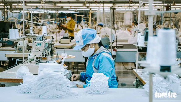 Vào nhà máy làm khẩu trang phòng virus corona, công nhân tăng ca gấp rưỡi - Ảnh 6.