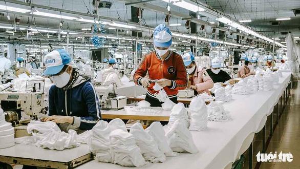 Vào nhà máy làm khẩu trang phòng virus corona, công nhân tăng ca gấp rưỡi - Ảnh 10.