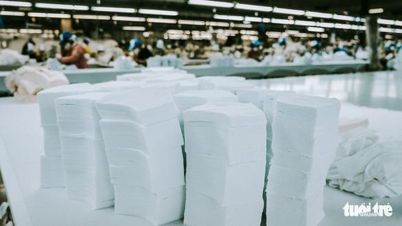 Vào nhà máy làm khẩu trang phòng virus corona, công nhân tăng ca gấp rưỡi - Ảnh 2.