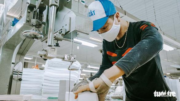 Vào nhà máy làm khẩu trang phòng virus corona, công nhân tăng ca gấp rưỡi - Ảnh 4.