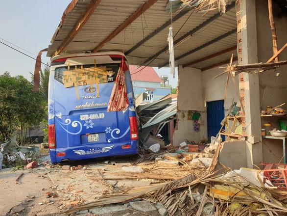 Xe khách chở 32 người tông nhau với xe tải, 3 người chết - Ảnh 1.