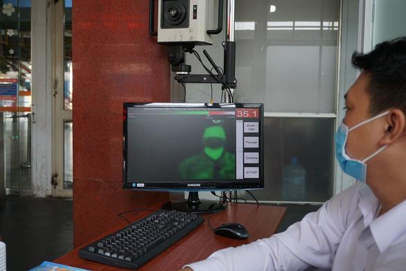 Kiểm tra thân nhiệt hành khách tại ga Sài Gòn chống dịch do virus corona - Ảnh 3.