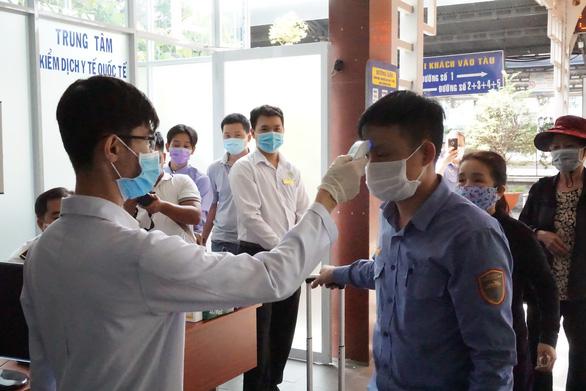 Kiểm tra thân nhiệt hành khách tại ga Sài Gòn chống dịch do virus corona - Ảnh 5.