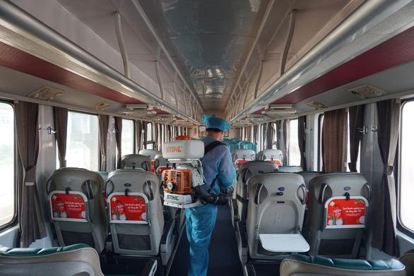Cảnh khử trùng nguyên một đoàn tàu lửa trước khi chở khách ở ga Sài Gòn - Ảnh 1.