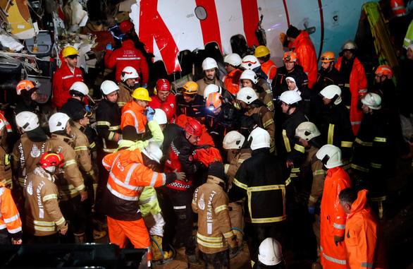 Máy bay trượt khỏi đường băng ở Istanbul: 3 người chết, 179 người bị thương - Ảnh 3.