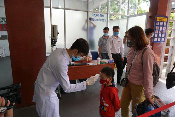 Kiểm tra thân nhiệt hành khách tại ga Sài Gòn chống dịch do virus corona - Ảnh 4.