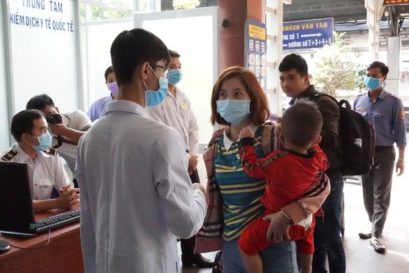 Kiểm tra thân nhiệt hành khách tại ga Sài Gòn chống dịch do virus corona - Ảnh 1.