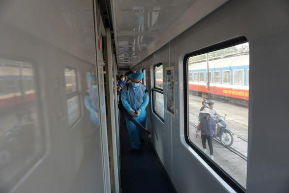 Cảnh khử trùng nguyên một đoàn tàu lửa trước khi chở khách ở ga Sài Gòn - Ảnh 4.