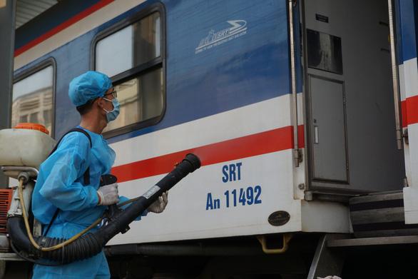 Cảnh khử trùng nguyên một đoàn tàu lửa trước khi chở khách ở ga Sài Gòn - Ảnh 5.