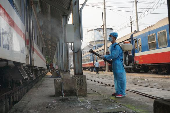 Cảnh khử trùng nguyên một đoàn tàu lửa trước khi chở khách ở ga Sài Gòn - Ảnh 6.