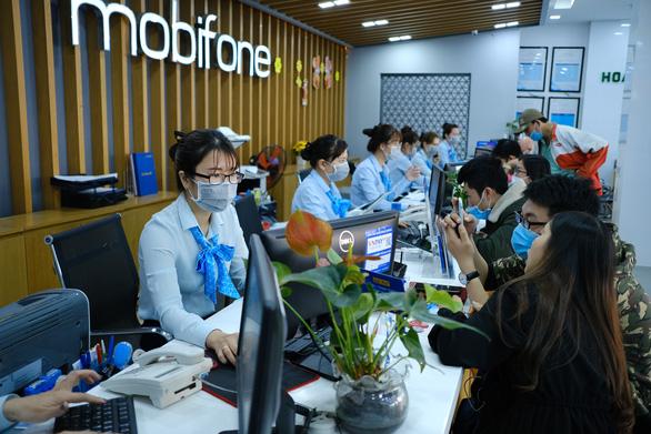 Mobifone khu vực 3 phát khẩu trang, khử trùng cửa hàng giao dịch phòng virus corona - Ảnh 2.