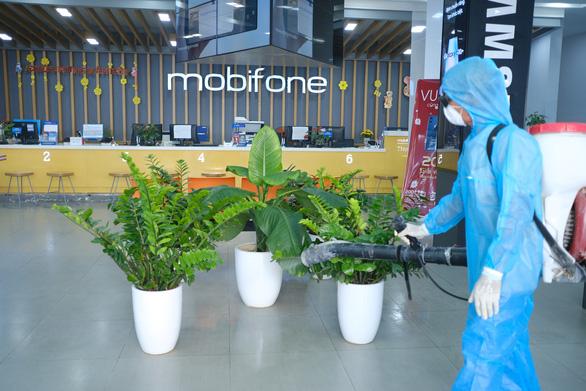 Mobifone khu vực 3 phát khẩu trang, khử trùng cửa hàng giao dịch phòng virus corona - Ảnh 3.