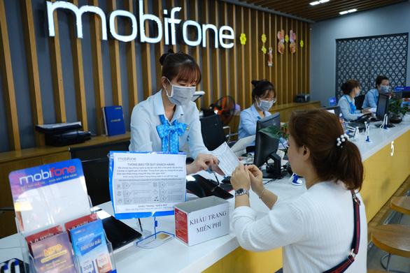 Mobifone khu vực 3 phát khẩu trang, khử trùng cửa hàng giao dịch phòng virus corona - Ảnh 4.