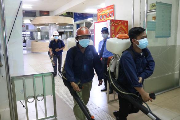 Bến xe Miền Đông phun thuốc khử trùng phòng dịch corona - Ảnh 2.