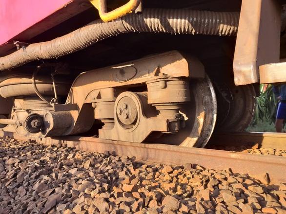 Tàu SE25 trật ray, đường sắt Bắc - Nam lại gặp sự cố những ngày cao điểm - Ảnh 1.