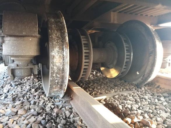 Tàu SE25 trật ray, đường sắt Bắc - Nam lại gặp sự cố những ngày cao điểm - Ảnh 2.