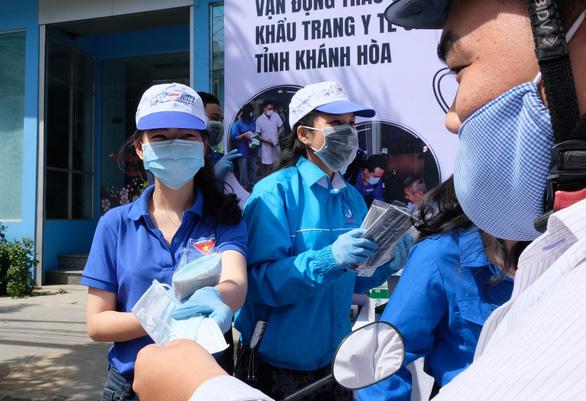 Phát miễn phí 20.000 khẩu trang y tế tại TP Nha Trang - Ảnh 2.