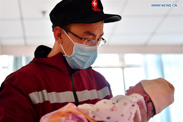 Rơi nước mắt với những hi sinh thầm lặng của y bác sĩ tại Vũ Hán - Ảnh 2.