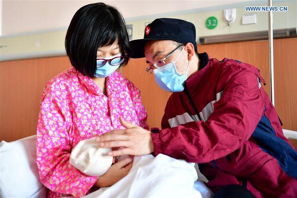 Rơi nước mắt với những hi sinh thầm lặng của y bác sĩ tại Vũ Hán - Ảnh 1.