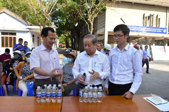 Thừa Thiên Huế hỗ trợ thầy, trò điều chế nước rửa tay diệt khuẩn miễn phí - Ảnh 1.