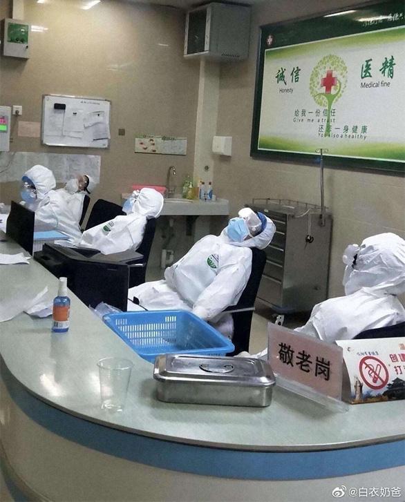 Rơi nước mắt với những hi sinh thầm lặng của y bác sĩ tại Vũ Hán - Ảnh 10.