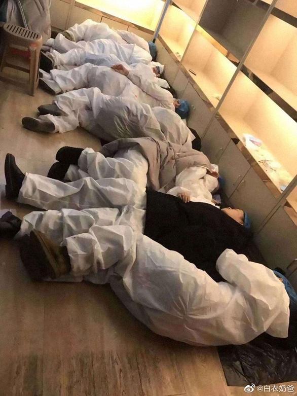 Rơi nước mắt với những hi sinh thầm lặng của y bác sĩ tại Vũ Hán - Ảnh 11.