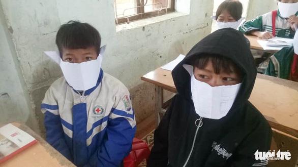 Học sinh miền núi Nghệ An đeo khẩu trang... bằng giấy phòng virus corona - Ảnh 1.