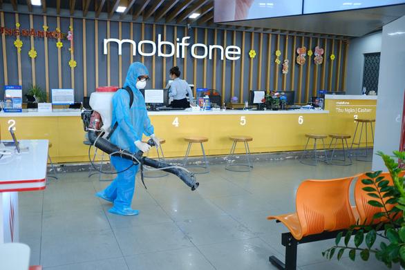 Mobifone khu vực 3 phát khẩu trang, khử trùng cửa hàng giao dịch phòng virus corona - Ảnh 1.