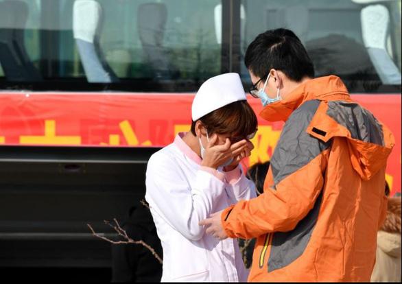 Rơi nước mắt với những hi sinh thầm lặng của y bác sĩ tại Vũ Hán - Ảnh 4.