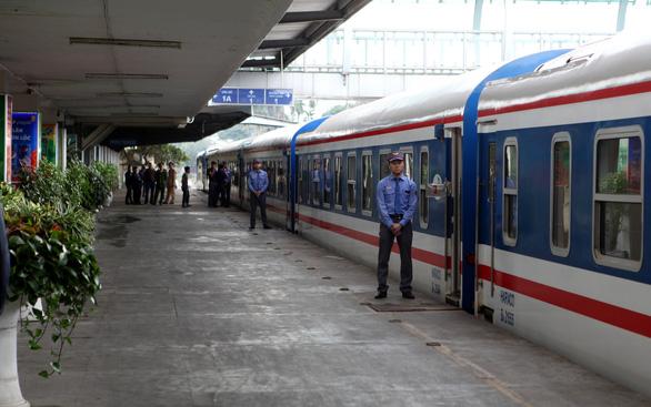 Giảm phí đổi, trả vé tàu cho học sinh, sinh viên nghỉ học vì dịch corona - Ảnh 1.