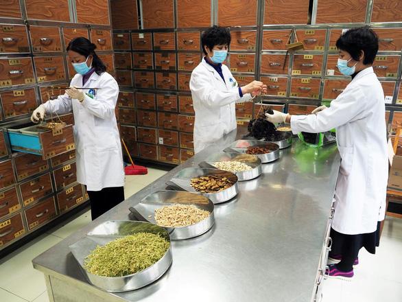Trong đại dịch corona, dân Trung Quốc lùng mua thuốc trị HIV - Ảnh 1.