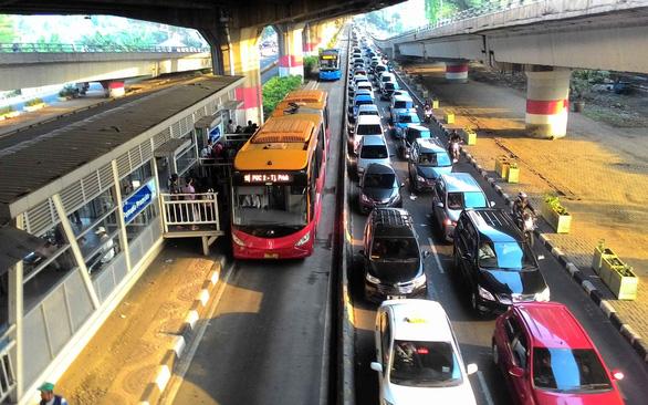 Xe buýt vẫn là vua ở Jakarta - Ảnh 1.