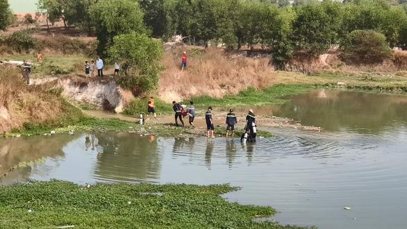 Rớt xuống hồ nước, hai bé gái chết đuối thương tâm - Ảnh 2.