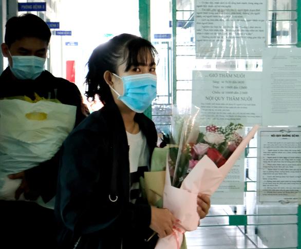 Nữ lễ tân từng nhiễm virus corona: Sức khỏe tôi tốt nhưng buồn vì bị xa lánh - Ảnh 1.