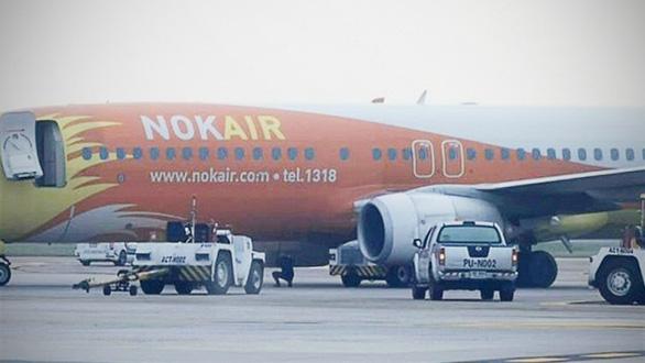 Máy bay đè nghiến xe kéo, lái xe không kịp thoát thân - Ảnh 2.