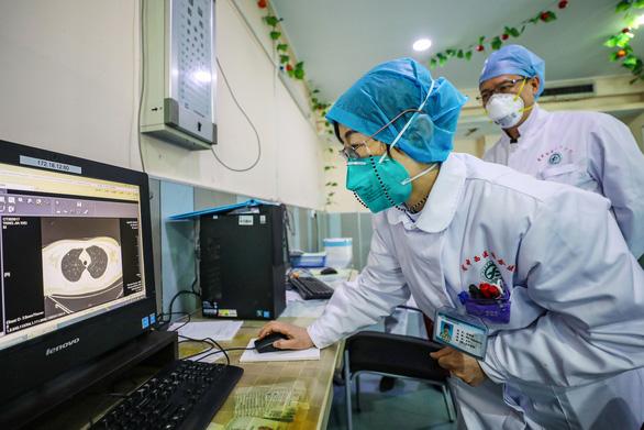 Nữ bác sĩ Trung Quốc kể lại lần gặp bệnh nhân đầu tiên nhiễm virus corona - Ảnh 2.