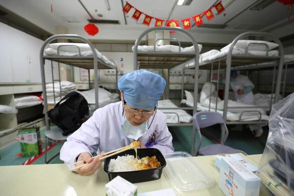 Nữ bác sĩ Trung Quốc kể lại lần gặp bệnh nhân đầu tiên nhiễm virus corona - Ảnh 4.