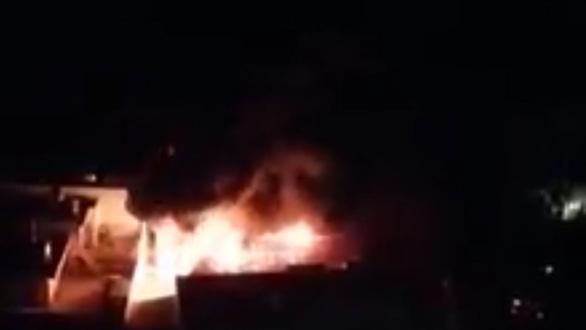 Căn nhà chứa vải vụn cháy ngùn ngụt, cảnh sát phải phá tường dập lửa - Ảnh 2.