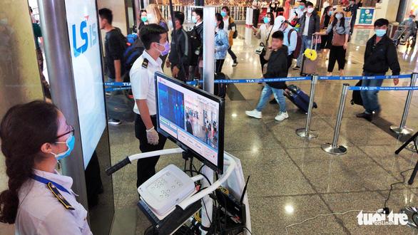 Giám sát chặt 64 khách quá cảnh Trung Quốc trên chuyến bay đến TP.HCM - Ảnh 1.