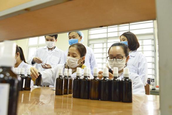 Trường đại học Hàng hải điều chế 20.000 chai nước rửa tay cho cán bộ, sinh viên - Ảnh 1.