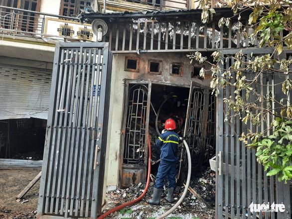 Căn nhà chứa vải vụn cháy ngùn ngụt, cảnh sát phải phá tường dập lửa - Ảnh 1.