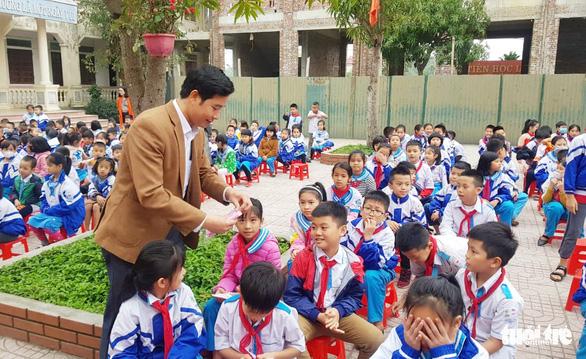 Vụ học sinh đeo khẩu trang giấy: Sở sẽ chuyển khẩu trang đến nhà trường - Ảnh 1.