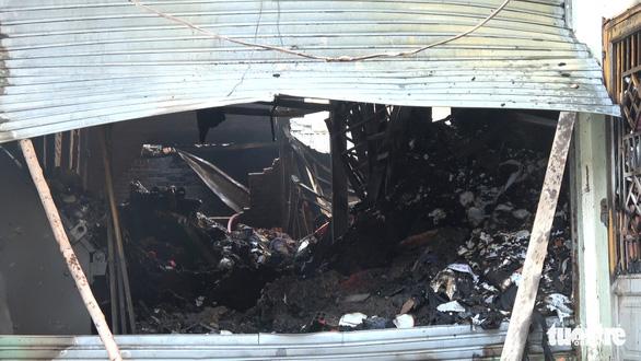Căn nhà chứa vải vụn cháy ngùn ngụt, cảnh sát phải phá tường dập lửa - Ảnh 3.