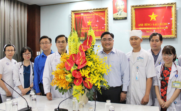 Thành đoàn TP.HCM khen tặng bác sĩ điều trị bệnh nhân nhiễm virus corona - Ảnh 1.