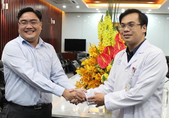 Thành đoàn TP.HCM khen tặng bác sĩ điều trị bệnh nhân nhiễm virus corona - Ảnh 2.