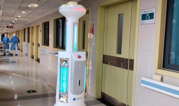 Nỗ lực giảm lây nhiễm, Trung Quốc đưa robot khử trùng tới Vũ Hán - Ảnh 1.