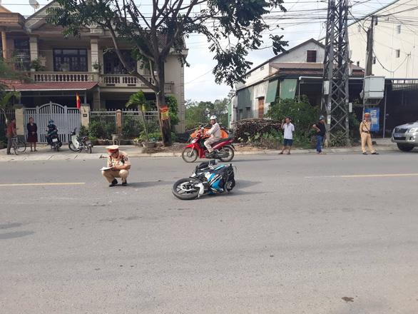 Bị ra hiệu dừng xe, hai thanh niên tông gãy chân CSGT - Ảnh 1.